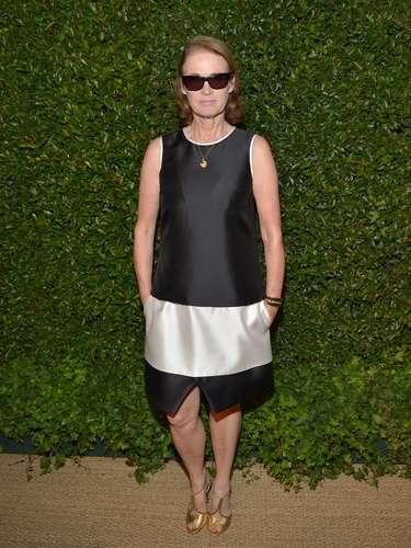 Vestidos como este muestran lo mejor dela década, con uncorte recto y sin cuello, muy actual;un estilo confortable yproporcionado, que no pierde la originalidad y la distinción.