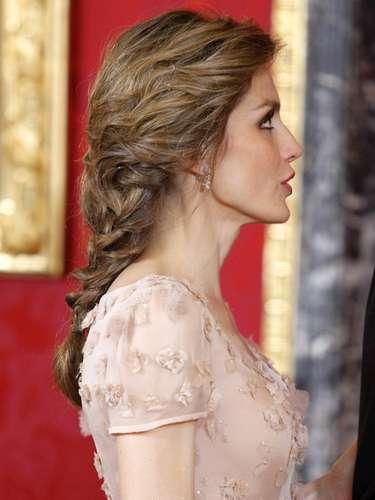 Detalle de la trenza con la que sorprendió ayer la princesa en la cena de gala ofrecida a Naruhito.