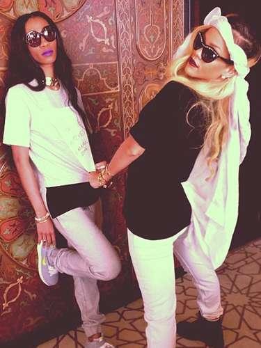 Rihanna vuelve a dar de qué hablar al postear esta foto con su 'amiga' Melissa Forde. Se dice que Rihanna podría estar de romance con Forde después de su fallida relación con Chris Brown. La foto decía: 'Te quiero hasta la muerte'. No es la primera vez que a Rihanna se le vincula sentimentalmente con una mujer pero sus preferencias sexuales y la verdad sólo la sabe ella