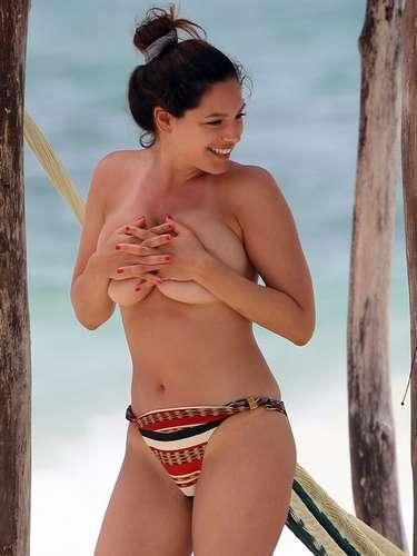 Los paparazzi lograron capturarla sin la parte superior de su bikini.