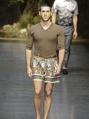 Para nadie es un secreto que Domenico Dolce y Stefanno Gabbana tienen una fascinación por la antigüedad que se ha hecho evidente en sus diseños en de distintos momentos de su carrera. Para su colección estival 2014, los modistos apostaron por estampados en playeras, bermudas y pantalones que evocan la mitología.