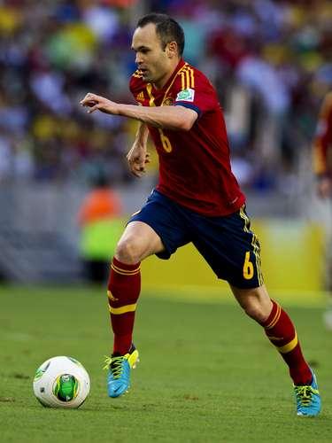 El fantasmita, como es conocido Iniesta, busca a Torres que estuvo totalmente apagado en el primer tiempo.