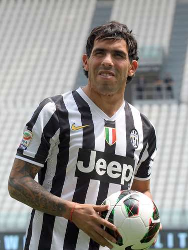 El delantero argentino Carlos Tevez firmó por tres temporadas con Juventus, dondelucirá el dorsal 10, número que había quedado huérfano tras la marcha del capitán Alessandro del Piero a finales de la temporada 2011-2012.