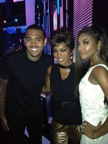 1 de Julio -Chris Brown se rodea de mujeres bellas en la entrega de premios BET junto a Angela Bassett y Gabrielle Union. ¿Qué dirá Rihanna?