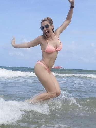 Noelia regresó a Estados Unidos después de triunfar por Europa. La cantante no perdió el tiempo y lo primero que hizo fue ir a la playa para tomar el Sol.
