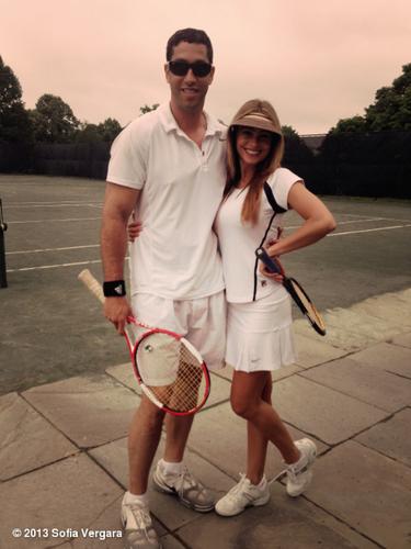 1 de Julio - Mientras vacaciona, Sofía Vergara está poniendo todo su empeño por aprender a jugar tennis al lado de su amado Nick pero hasta la misma actriz confiesa que no es tan buena tomando clases.