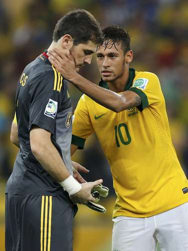 Brazil's Neymar (R) consoles Spain's goalkeeper Iker Casillas after Brazil defeated Spain in the Confederations Cup final soccer match at the Estadio Maracana in Rio de Janeiro, June 30, 2013. REUTERS/Sergio Moraes (BRAZIL  - Tags: SPORT SOCCER)