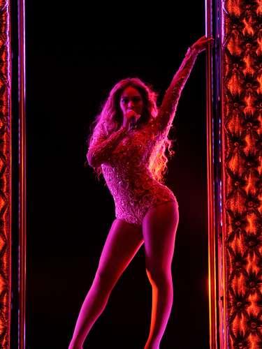 Beyoncé hizo sudar a más de uno al derrochar sensualidad moviéndose de manera sugerente con las piernas descubiertas, mientras cantaba en el Essence Festival, realizado el 7 de julio en el Superdome de Nueva Orleans.