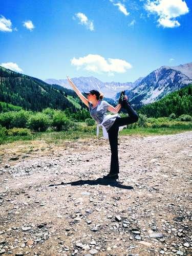 9 de Julio - Thalía disfruta de lo que la naturaleza le ofrece en Aspen para practicar y presumir sus poses de yoga. ¡Namaste!