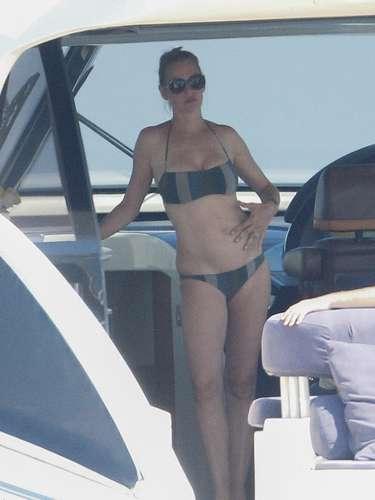 La actriz Uma Thurman pese a tener ya una gran familia se da el lujo de lucir bikini y le queda muy bien