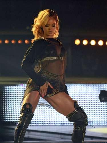 La vulgaridad para Rihanna no tiene límites, así lo volvió a demostrar llevándose una mano hacia su zona íntima en medio de un concierto que ofreció en Viena, Austria.