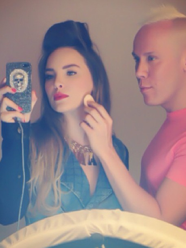 16de Julio - Belinda no deja de presumir su día a día en Twitter y esta vez nos enseña cómo es maquillada por un famoso estilista mexicano
