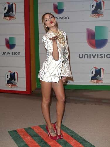 Eiza Gonzálesmientras posaba, se dedicó amandar tiernos besos a todos esos seguidores que no dejan de apoyarla en ningún momento.