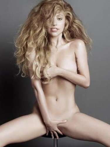 Lady Gagaparece sentada completamente desnuda con el pelo alborotado y cubriéndose con ambas manos sus partes íntimas durante una osada sesión de fotos para V Magazine.
