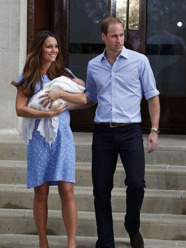 La feliz y sonriente pareja posó unos minutos para la prensa con el bebé, que el lunes 22 de julio nació en el ala privada de ese centro médico.