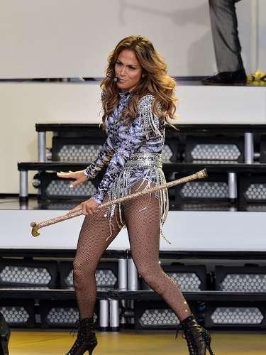 Jennifer Lopez, nació el 24 de julio de 1969. Es una de las más grandes estrellas latinas que se ha destacado comoactriz, cantautora, modelo, bailarina, empresaria. Nació un jueves de un cálido día de verano. Según su horóscopo chino su animal es el gallo, el planeta que rige su vida es el sol y su número base de nacimiento, el 2.