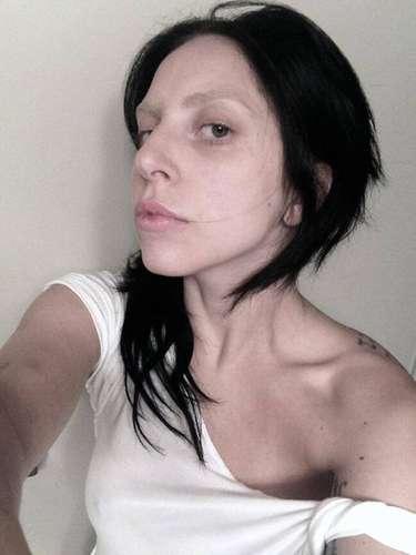 24 de Julio - ¿Pueden creer que ésta sea Lady Gaga? ¡Pues sí! La cantante publicó esta 'particular' foto en su red social sin una gota de maquillaje. ¿La reconocen?