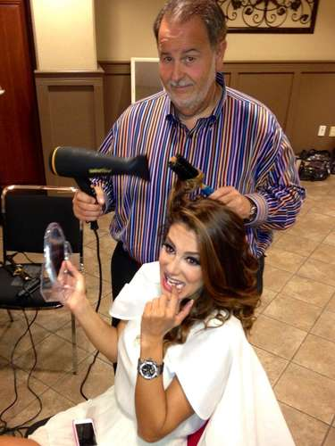 Raúl De Molina también le arregló el cabello a Ninel antes de salir al escenario con ella.