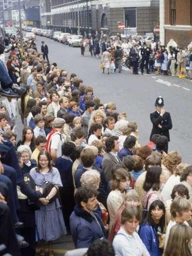 Más de treinta años atrás la misma escena acontecía frente al hospital de St. Mary, en esta ocasión a la espera de Lady Di y el príncipe Carlos con el recién nacido William.