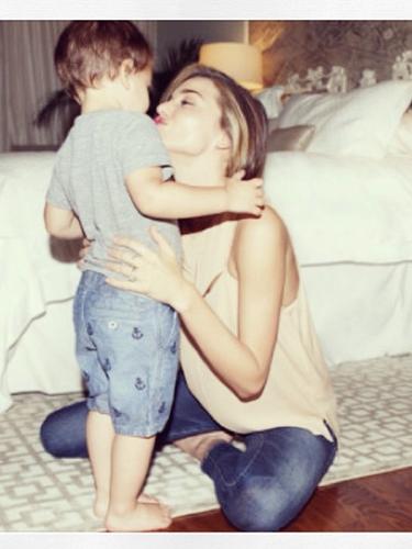 25 de Julio - Miranda Kerr compartió esta tierna foto en compañía de su hijo al cual catalogó como el amor de su vida.