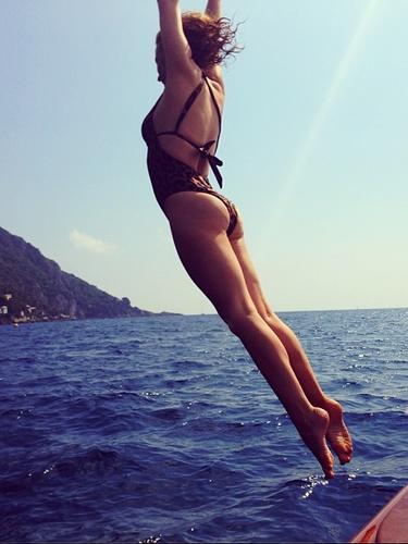 La australiana Kylie Minogue se está tomando unas merecidas vacaciones para pasear por el mundo. La cantante lució este espectacular bikini mientras salta al mar.