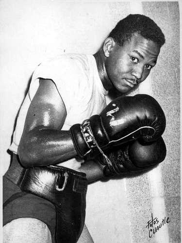 José 'Mantequilla' Nápoles nació en Cuba, pero se naturalizó mexicano. Ostentó el título de campeón mundial de peso welter del Consejo Mundial de Boxeo (CMB) y la Asociación Mundial de Boxeo (AMB). Realizó un total de 15 peleas en defensa de sus cetros, siete de ellas ganadas por nocaut. Está en el Salón de la Fama del boxeo.
