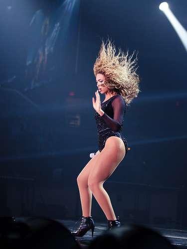 Las piernas de Beyoncé resaltaron mientras cantaba sobre la tarima del Boardwalk Hall de Atlantic City, Nueva Jersey.