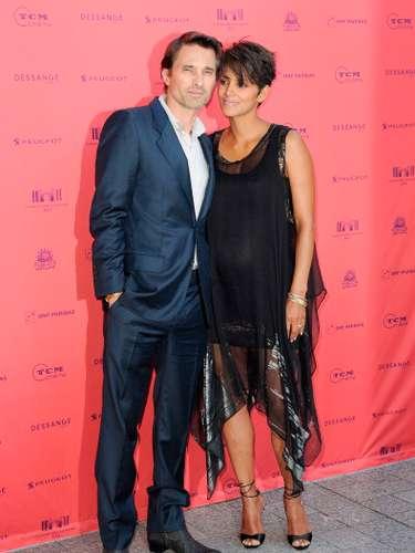 La actriz estadounidense Halle Berry se casó con su novio, el actor francés Olivier Martínez, en una iglesia cercana a un castillo en la región francesa de Borgoña.