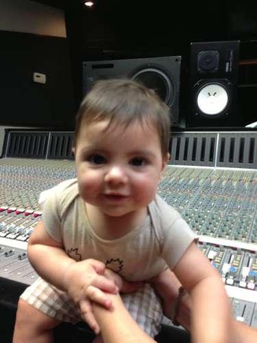 30 de Julio - Shakira no deja de presumir a su bebé Milan en redes sociales. La cantante mostró a su pequeño desde el estudio de grabación donde se encuentra creando su nuevo álbum.