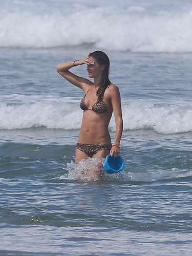 La guapa modelo Gisele Bündchen se dedica por completo a su familia y se fue con ellos de vacaciones a Costa Rica. La diosa brasileña mostró su bello cuerpo mientras se daba un chapuzón en la playa. ¡Pura vida!