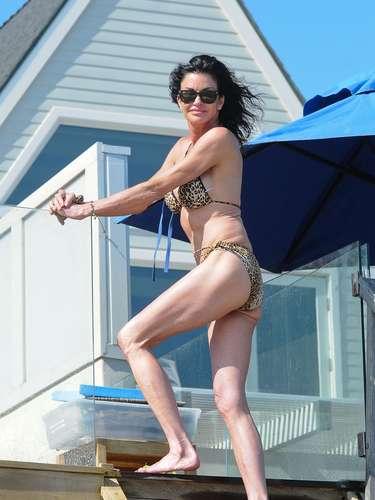 Janice Dickinson a pesar de su edad y las múltiples cirugías plásticas a las que se ha sometido, posó para la cámara en bikini. La auto llamada 'primer súper modelo de América' no pierde el tiempo de mostrar su cuerpo en pequeñas prendas mientras toma el Sol.