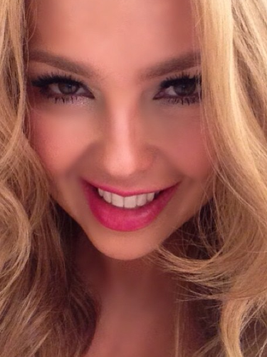 2 de Agosto - Thalía saluda con esta sonriente foto a sus fans alentándolos a ser felices y recordando que ya pronto será su cumpleaños. ¡Que nos invite a la fiesta!