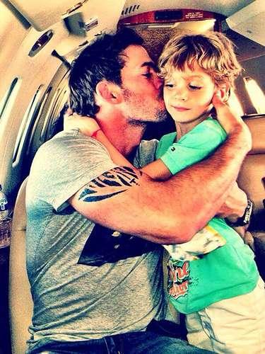 6 de Agosto - William Levy sigue con sus clases para pilotear un avión y esta vez se dejó ver muy amoroso junto a su hijo Christopher al cual se lo comía a besos.