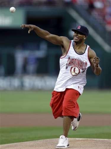 Nelly también sabe pichar. El raperorealizó el primer lanzamiento antes del comienzo de un juego de béisbol entre los Cardenales de San Luis y los Dodgers de Los Ángeles.