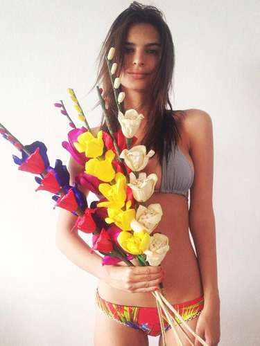 Emily Ratajkowski admite que una de sus debilidades es la comida y que le encanta. \