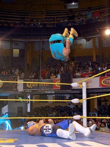 Rey Cometa venció a Tiger con un lance de 450 grados sobre el gladiador que tiene un pie prácticamente fuera de los TRT.