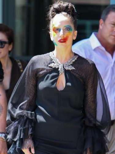 Lady Gaga se paseó por las calles de Nueva York con un maquillaje alusivo a la portada de su sencillo \