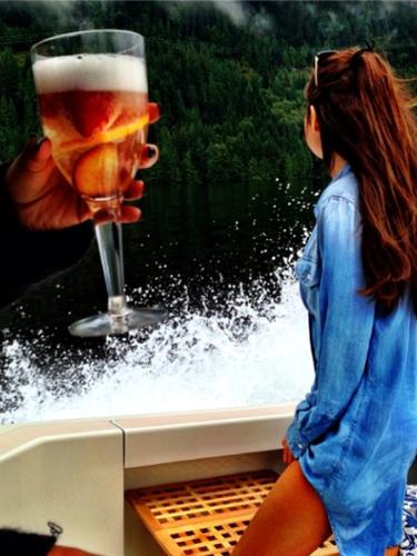 16 de Agosto - ¡Qué sexy foto! Selena Gomez aprovecha mientras está de gira para visitar los lugares más bonitos de donde se presenta. La cantante publicó esta sensual foto donde saleviendo al horizonte y la cual tituló: 'Volare'