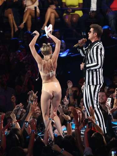 Miley Cyrus se pegó al rostro - y entrepierna - de Robin Thicke al cantar 'Blurred Lines' en el escenario de los MTV Video Music Awards 2013