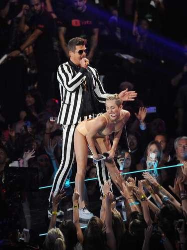 Miley Cyrus causólocura en los MTV VMA's 2013, mientras le hacía luciendo ropa íntima de látex un \