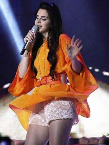 El vestido de Lana del Rey le jugó una mala pasada. La cantante se presentaba en el Forum Assago de Milán, Italia, y mientras entonaba una de sus canciones el traje se le movió dejando expuesta su panty.