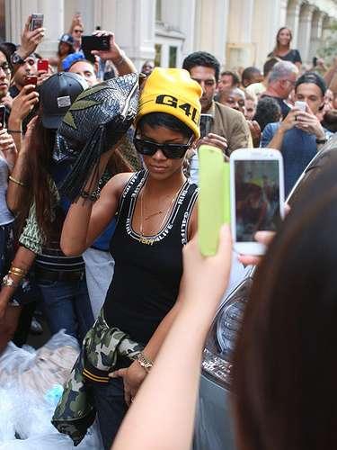 Agosto 26, 2013:Las calles de Nueva York se volvieron un caos, en el momento en que una multitud de fanáticos trataban de conseguir fotos y autógrafos de la estrella, mientras Ri-ri recorría tiendas en el área de SoHo.