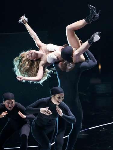 En una parte de la coreografía, la zona íntima de la \
