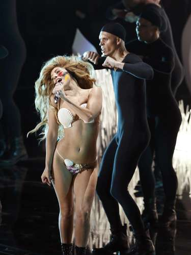 "Lady Gaga lució como una especie de Eva mientras cantaba su nuevo hit ""Applause"" en la apertura de los MTV Video Music Awards 2013."