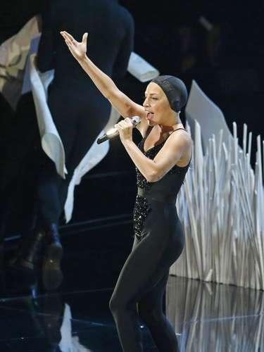 Gaga,en lo que significó suregreso a los escenarios tras la operación de cadera a la que se tuvo que someter, realizó un performance de altura, que incluyó varios cambios de vestuario.