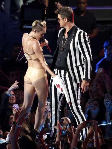 El número de Mileytrascendió con mucha euforia hasta que llegóRobin Thickeinterpretando su 'hit' del momento, 'Blurred Lines'.