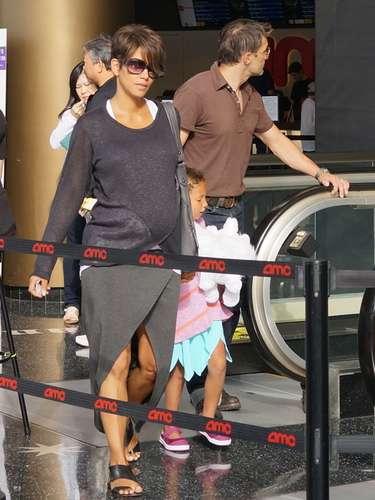 Halle Berry y Olivier Martinez acuden a la nueva película de animación Turbo con Nahla, la preciosa hija de cinco años de la actriz, en el centro comercial Century City, California.