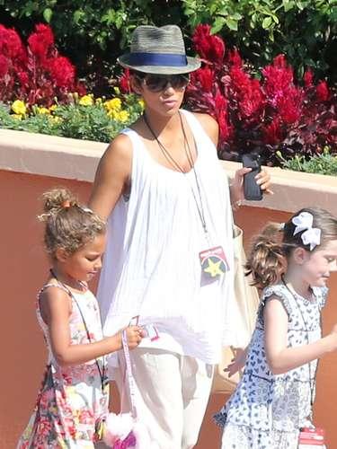 En el mes de agostoHalle Berrypresume su embarazomientras se dirigeal parque temático de Universal Studios, enHollywood con su adorable hija Nahla.