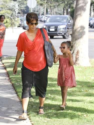 Deslumbrante luce la oscarizada actriz con su pancita de embarazada. La actriz de 46 años se dirije en compañía de su adorable hija a un control médico en Los Angeles.