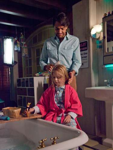 Eugenio Derbez y la actriz Loreto Peralta son padre e hija en la película No se aceptan devoluciones (Instructions Not Included).